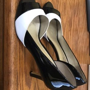 Stylish black & white 3 1/2 inch heels.